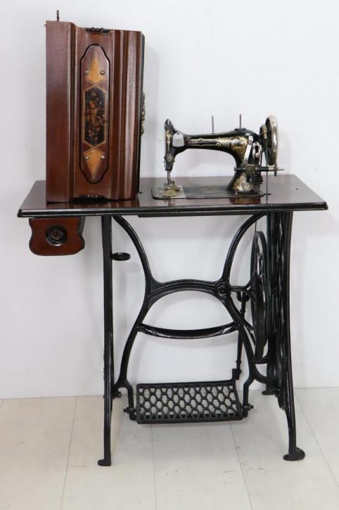 Vintage Nähmaschine mit Fußpedal und Nähtisch
