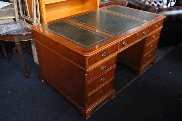 Schreibtisch  Eibe   Lederplatte 9 schubladen