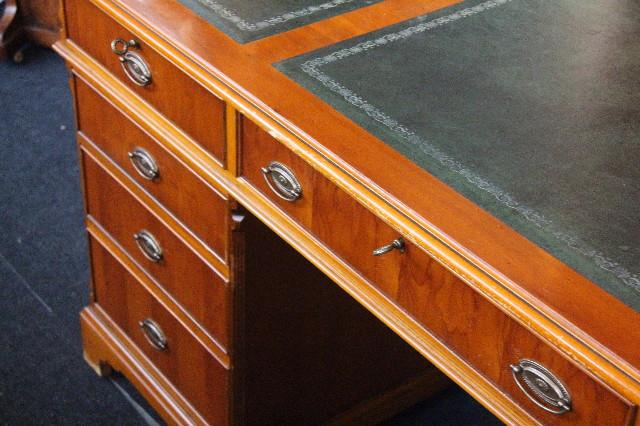 Schreibtisch in Eibe mit Lederschreibfläche und 9 Schubladen