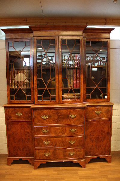 Breakfront Bookcase Nussbaum  mit Sekretär