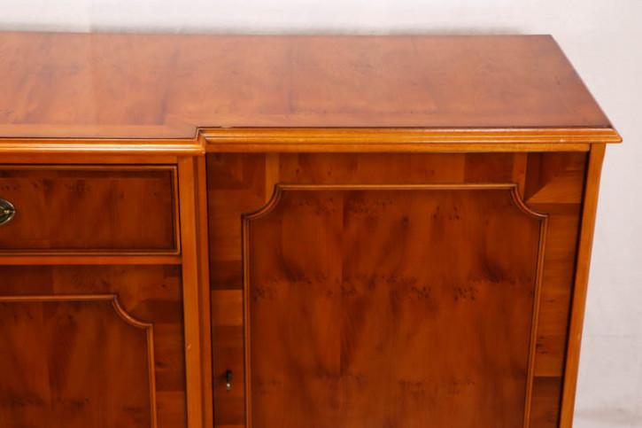 Außergewöhnliches Breakfront Sideboard aus Eibe