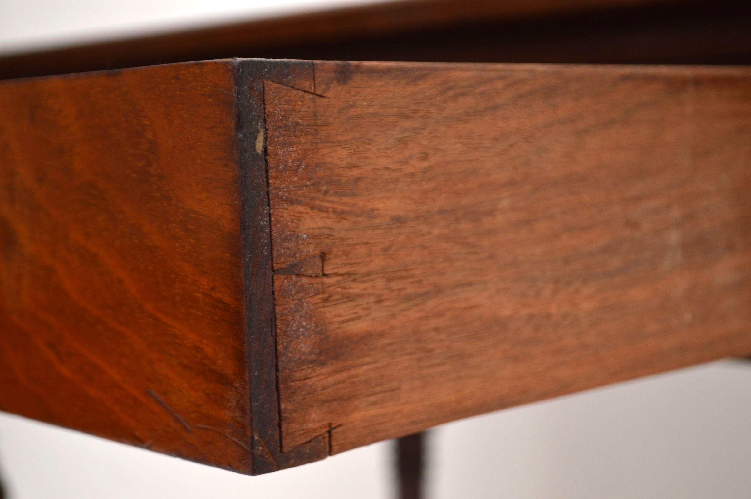Kleiner antiker schreibtisch sehr alt for Schreibtisch alt