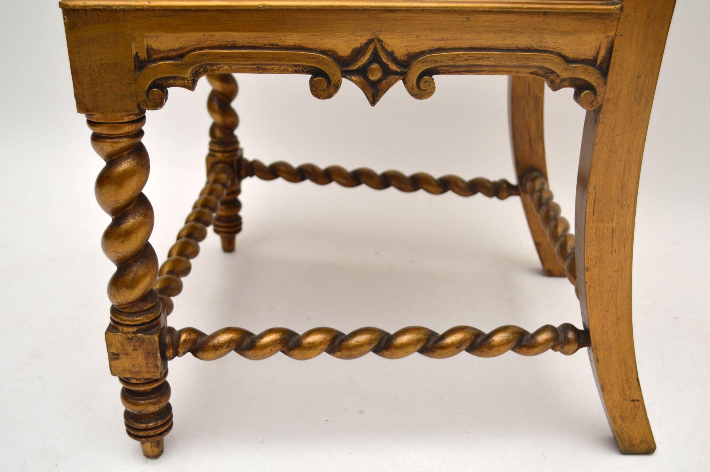Antiker Stuhl in Gold mit Original floralem Stoff