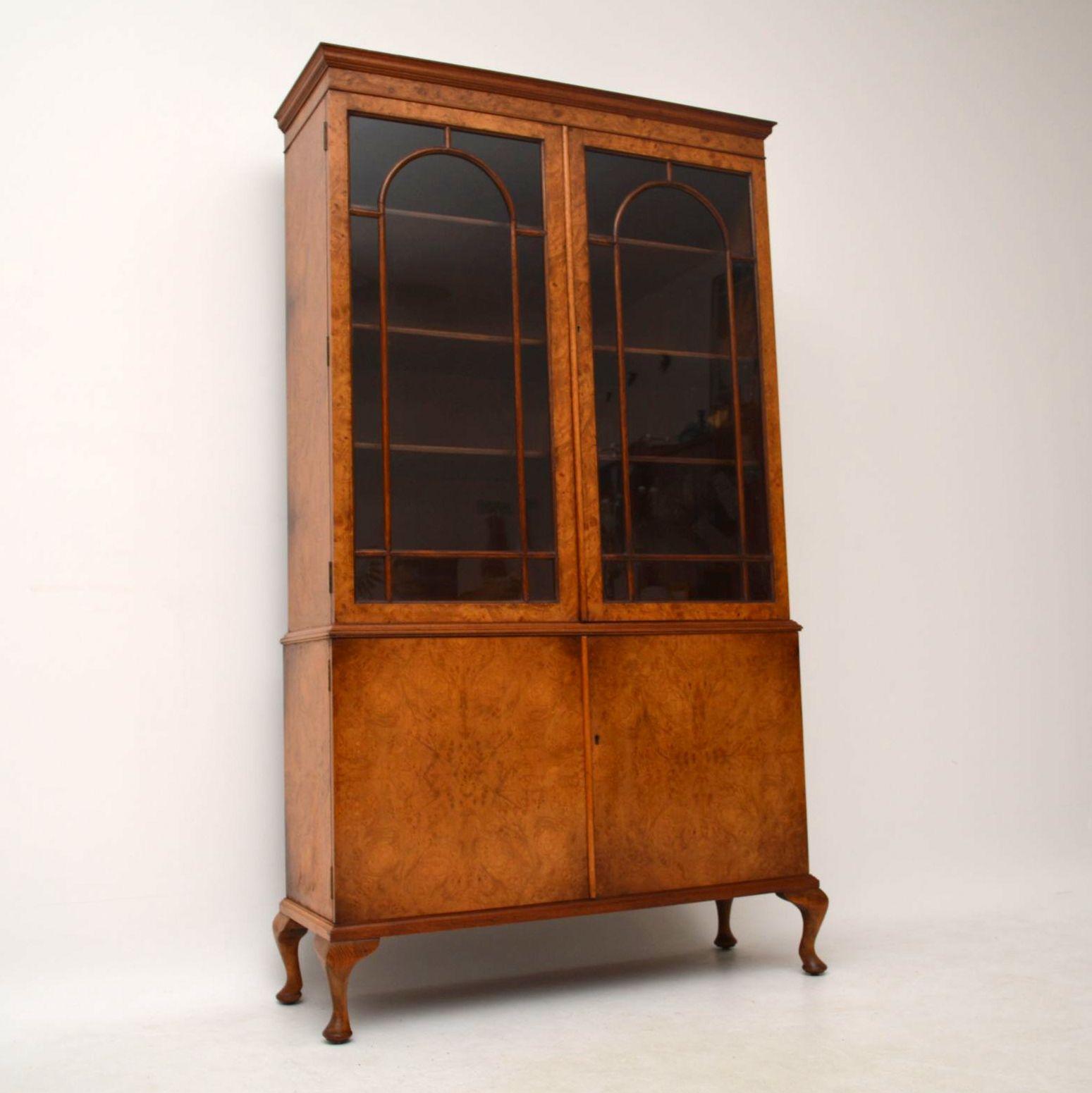 antik burr walnuss b cherregal schrank mit showcase vitrine. Black Bedroom Furniture Sets. Home Design Ideas