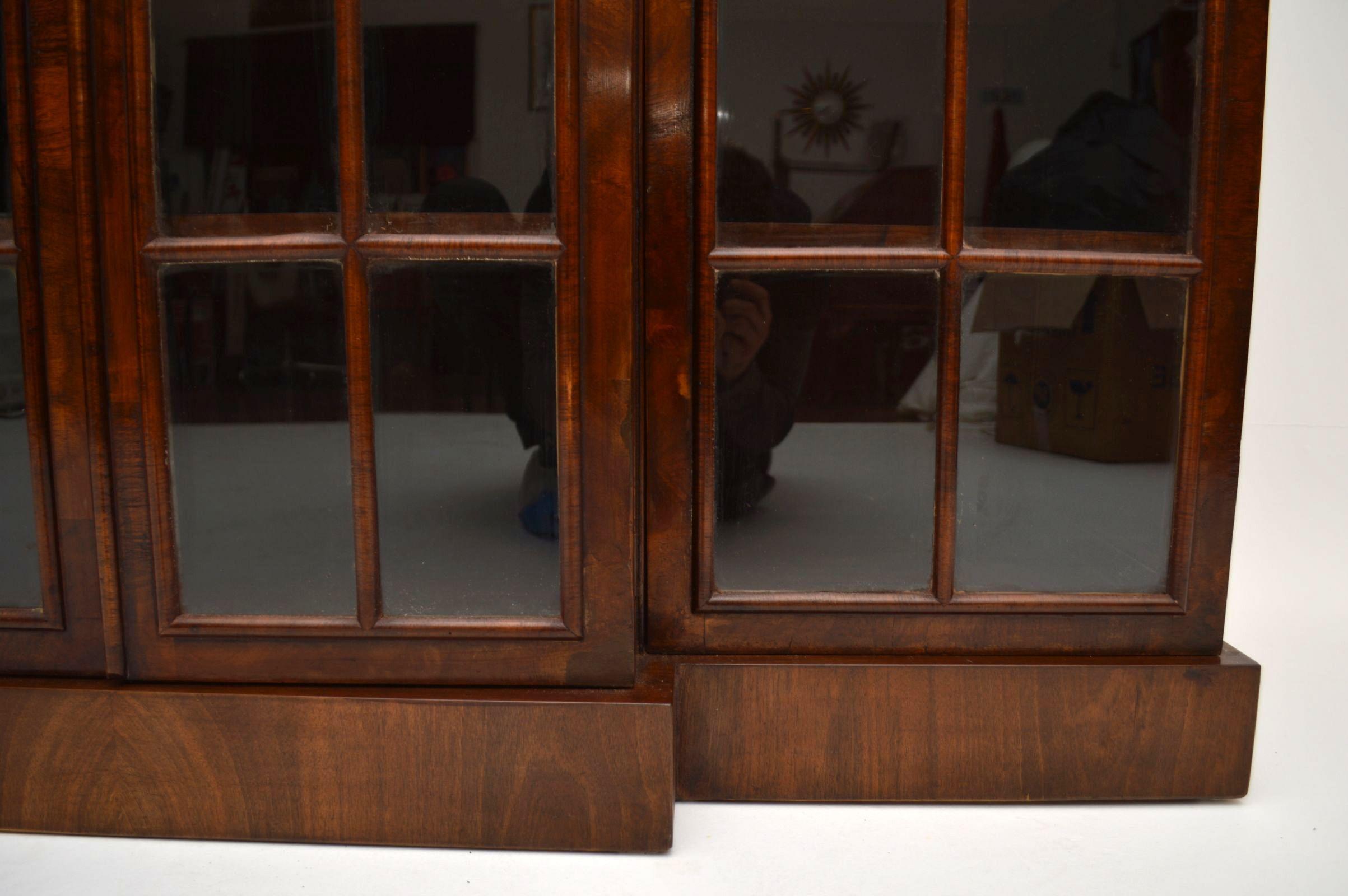 antikes walnuss b cherregal b cherschrank aus holz. Black Bedroom Furniture Sets. Home Design Ideas