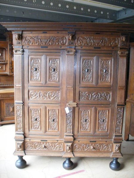 kleiderschrank antik reich verziert. Black Bedroom Furniture Sets. Home Design Ideas