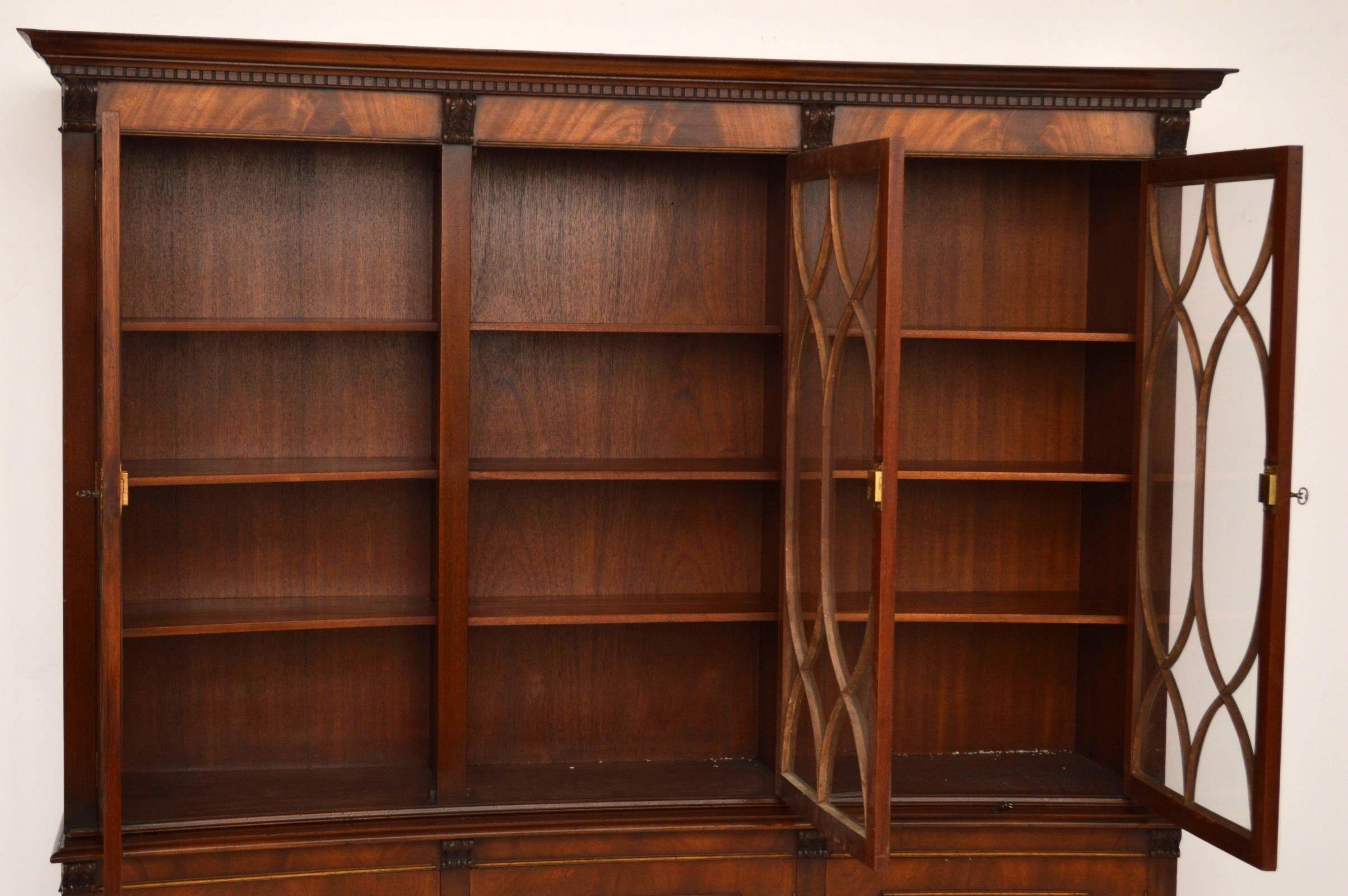 Bücherregal antik  Gebogener Georgian Bücherschrank antik