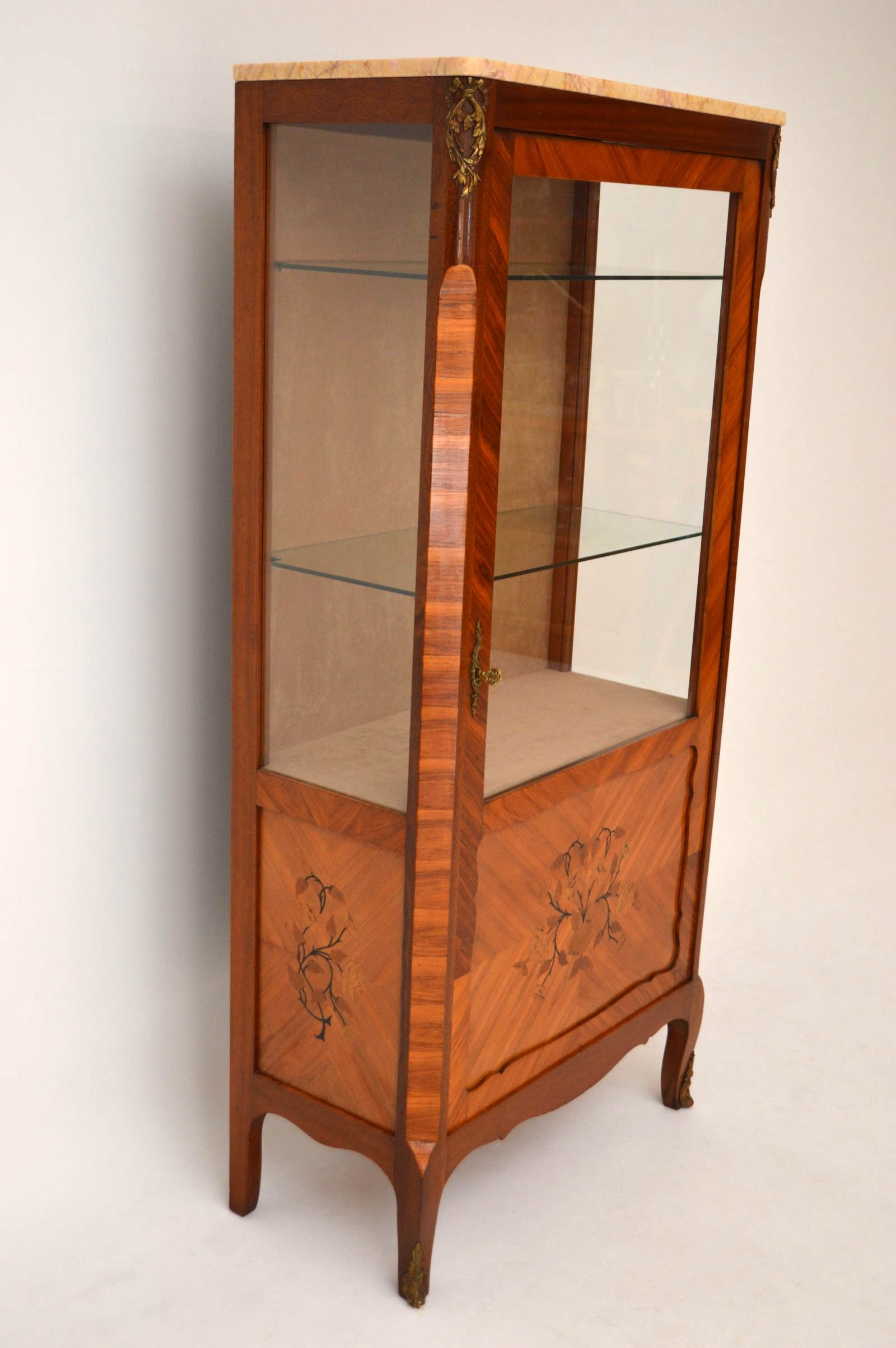 sideboard mit vitrine sideboard mit vitrine von broyhill brasilia 1960er bei pamono kaufen. Black Bedroom Furniture Sets. Home Design Ideas