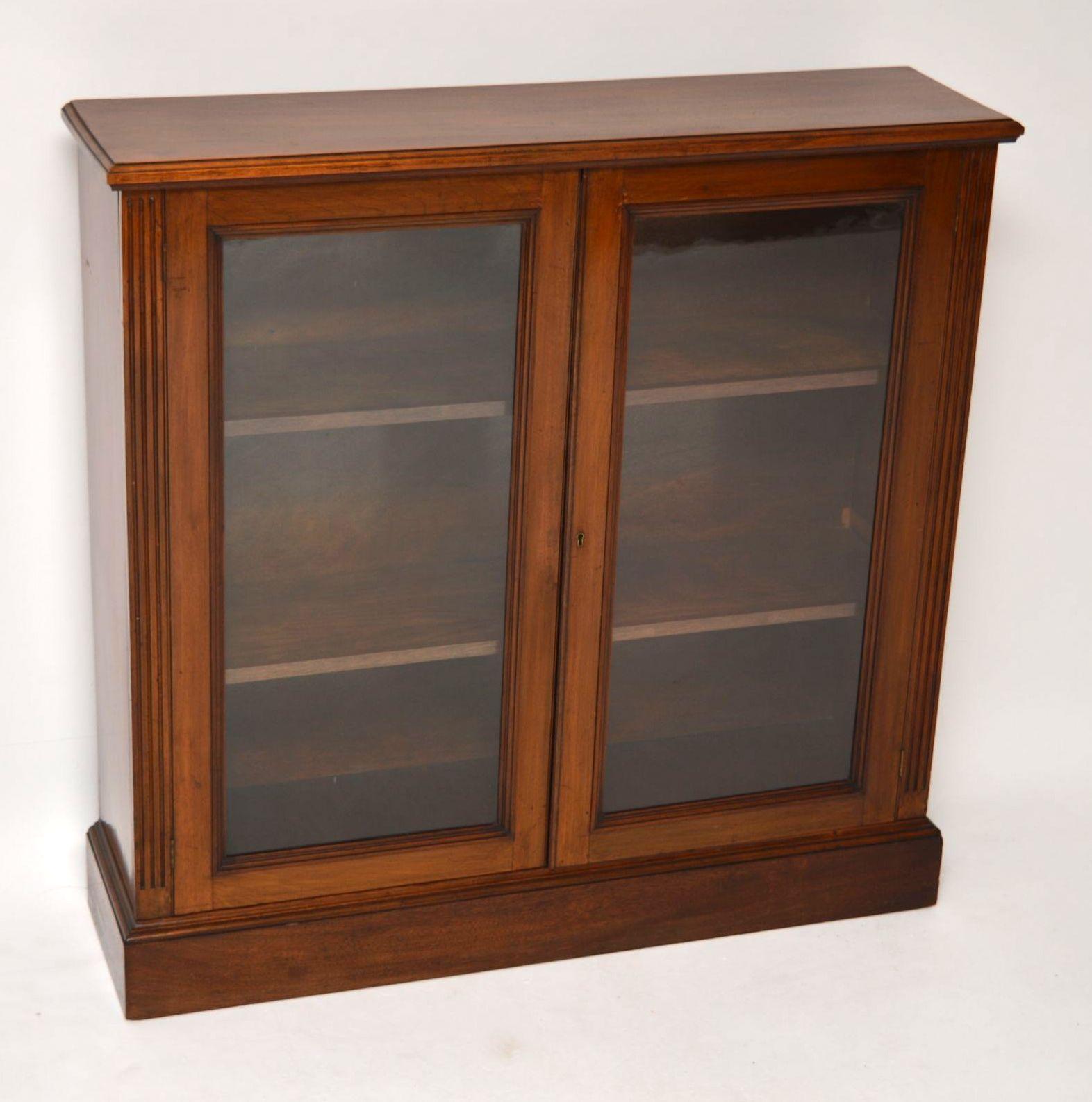 antikes victorian mahagoni b cherregal mit t ren. Black Bedroom Furniture Sets. Home Design Ideas