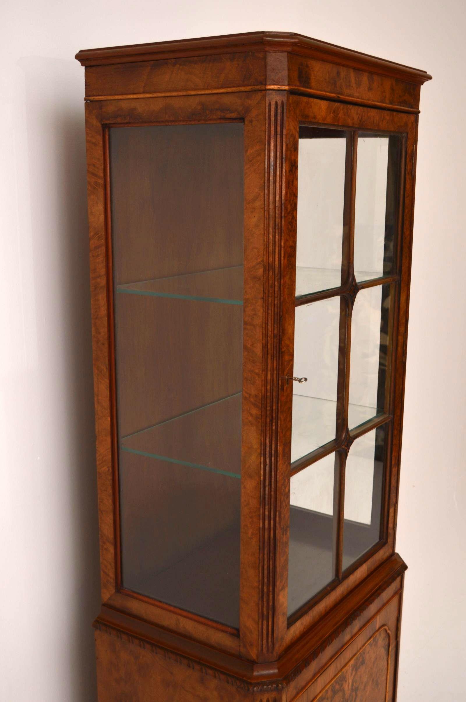 schmale antike nussbaum vitrine. Black Bedroom Furniture Sets. Home Design Ideas