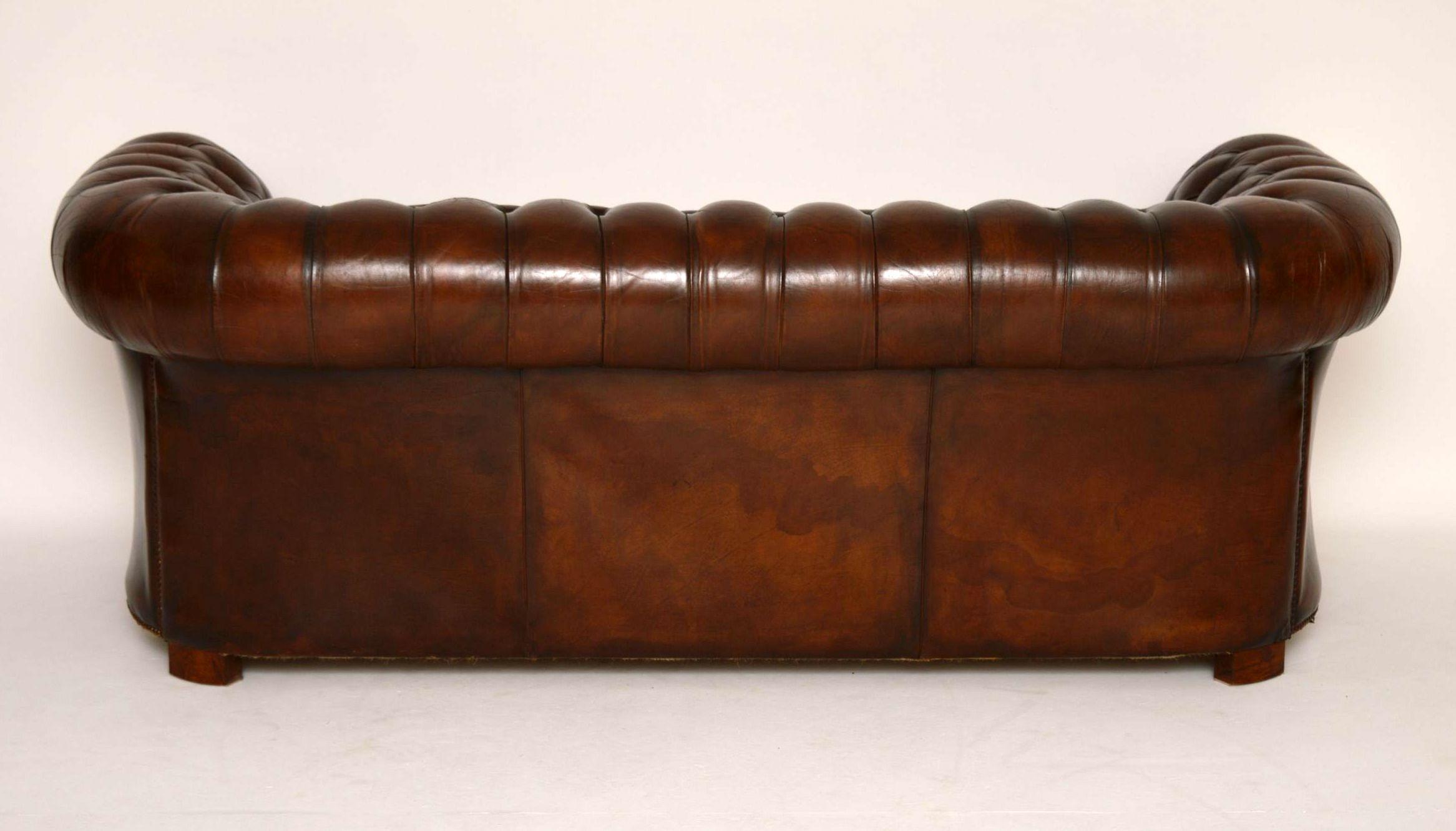 antiker tiefgekn pfter leder chesterfield sofa. Black Bedroom Furniture Sets. Home Design Ideas
