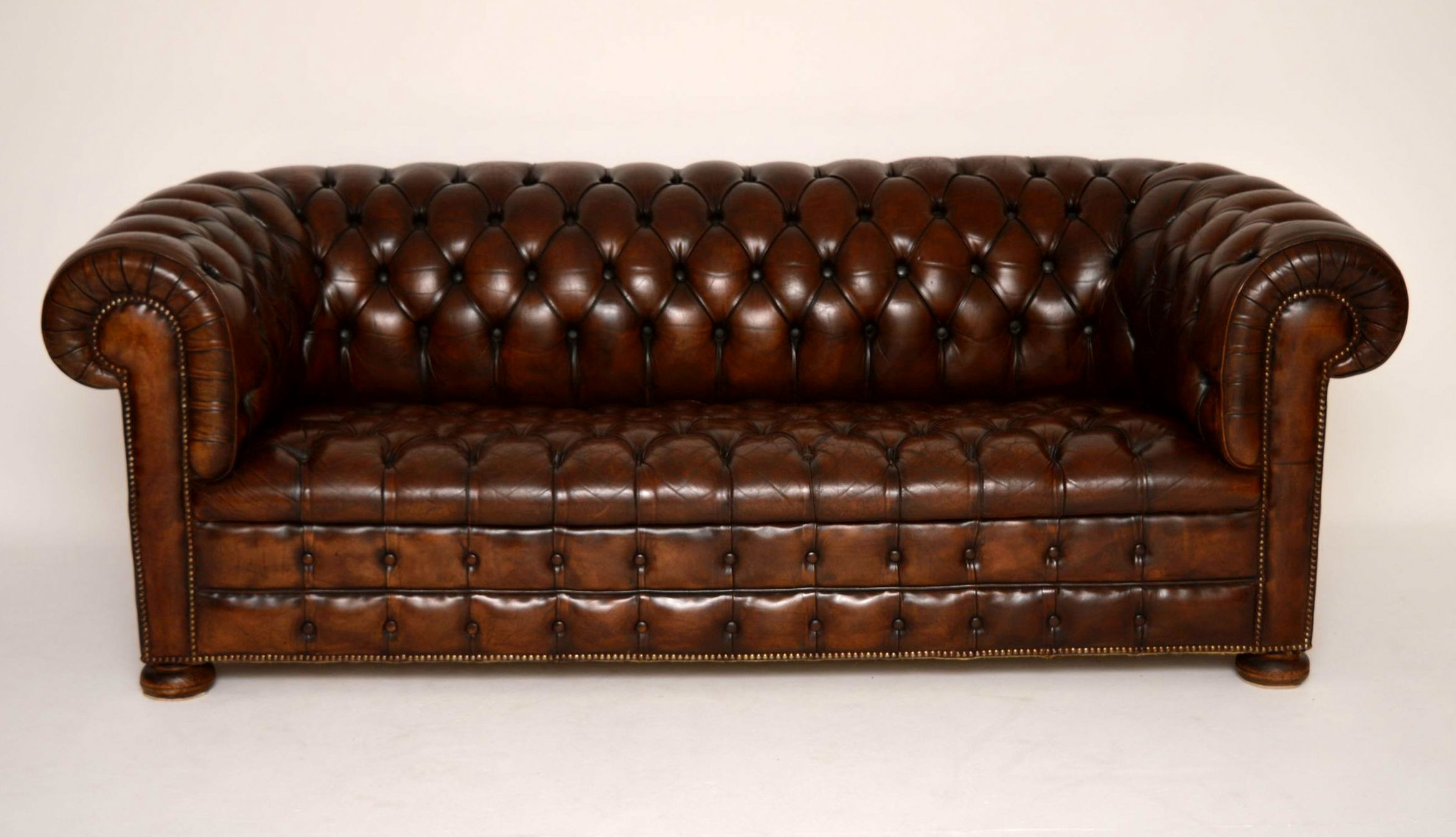 antiker tiefgekn pfter leder chesterfield sofa. Black Bedroom Furniture Sets. Home Design Ideas