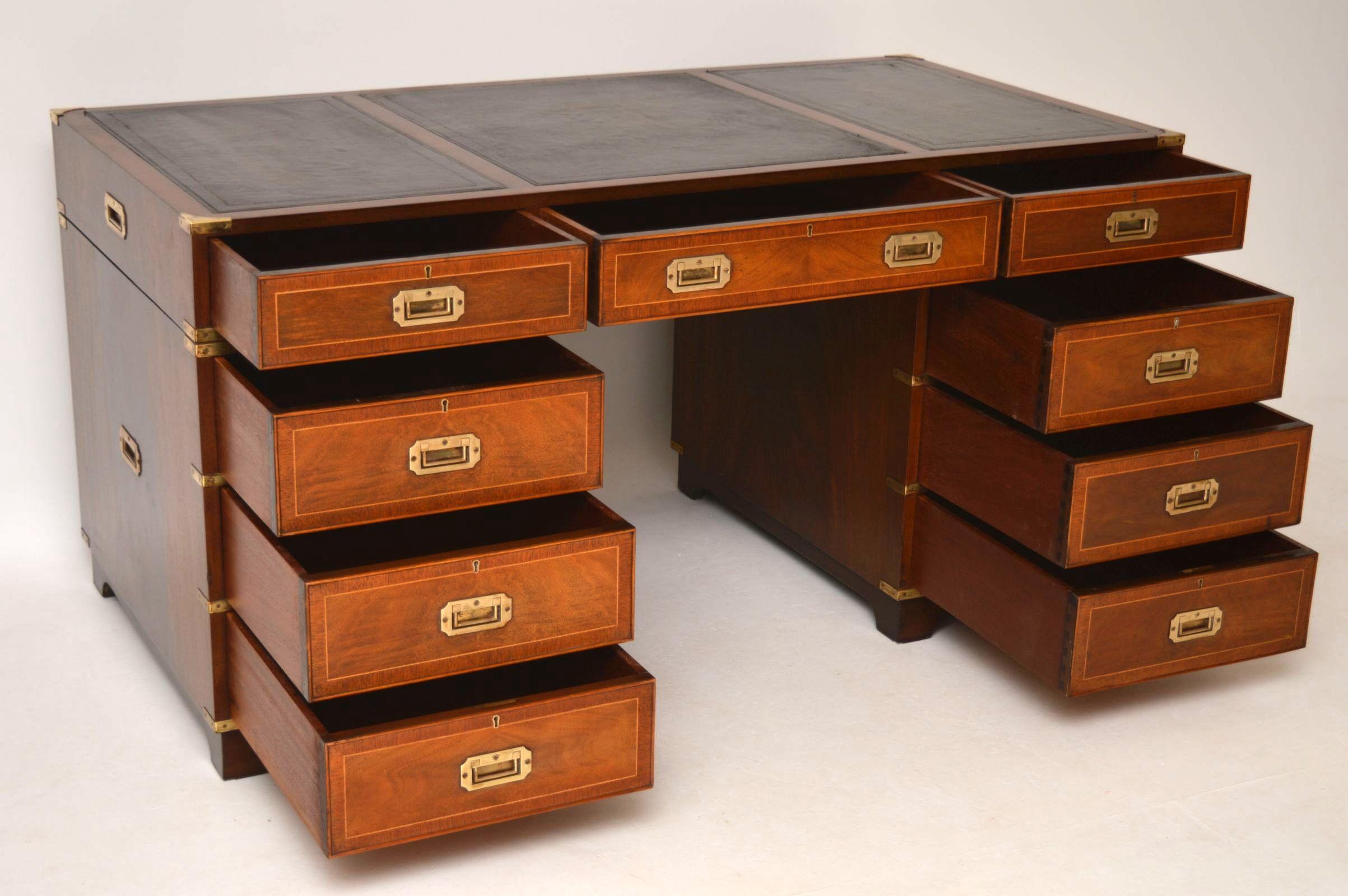 antiker campaign leder schreibtisch. Black Bedroom Furniture Sets. Home Design Ideas