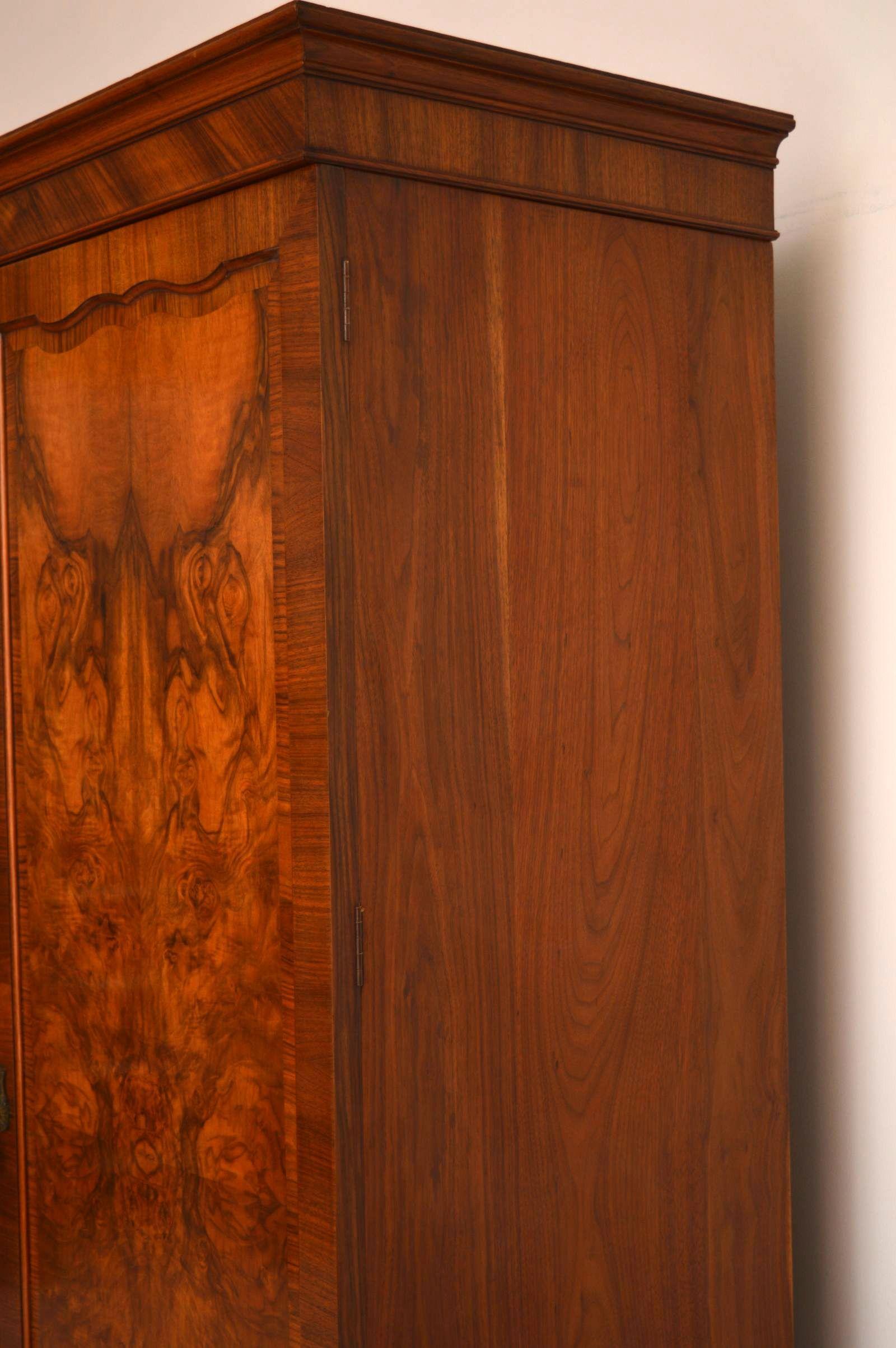 antiker burr nussbaum dreit riger kleiderschrank. Black Bedroom Furniture Sets. Home Design Ideas