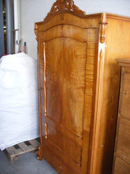 eint riger kleiderschrank antik. Black Bedroom Furniture Sets. Home Design Ideas