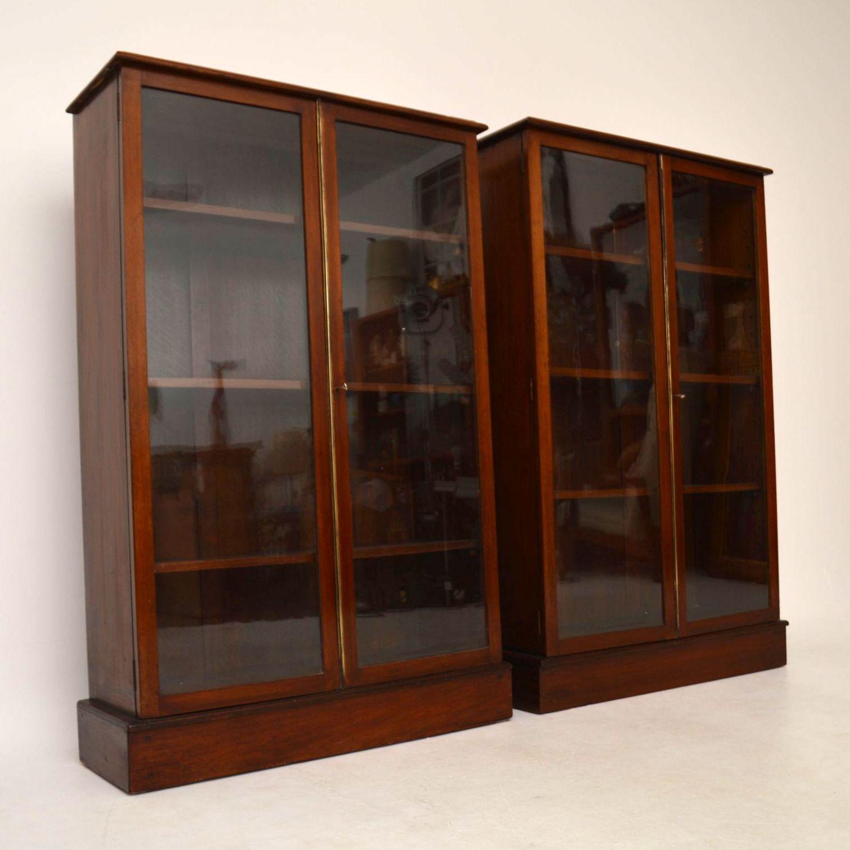 paar antiker mahagoni b cherregale vitrine showcase. Black Bedroom Furniture Sets. Home Design Ideas